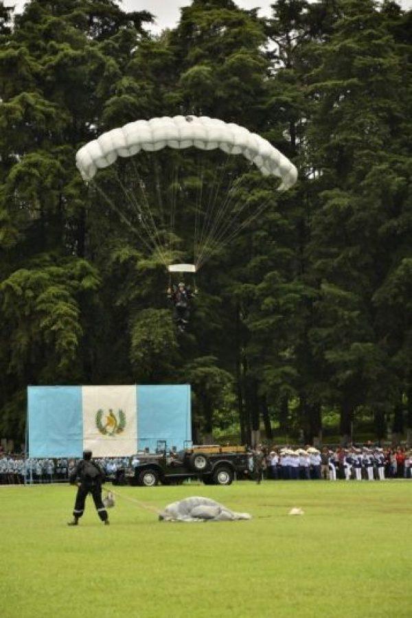 Con sus mejores galas Las distintas brigadas de todo el país lucieron sus mejores galas. Llevaron a cabo varias actividades cu5lturales y deportivas, como paracaidismo.