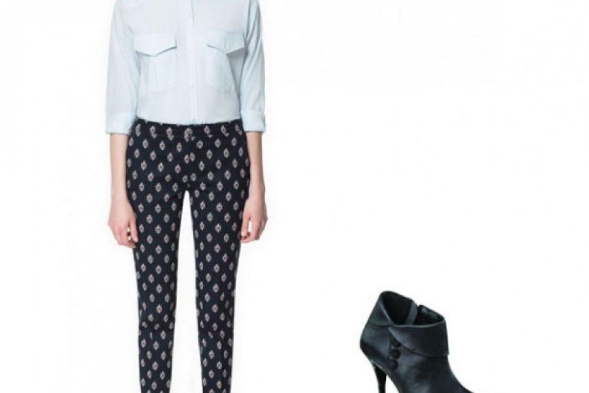 Tonos oscuros Si tu pantalón tiene colores oscuros, lo puedes usar para una ocasión más elegante o para salir de noche. Busca dos colores que predominen en el estampado para combinarlos con tu blusa y accesorios. Foto:Zara