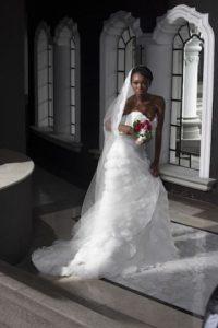 """DISEÑO: WEDDINGS Este vestido de corte """"línea A"""" destaca gracias a que el escote es más pronunciado. Es ideal para una novia más atrevida. El espectacular velo largo, con las orillas de encaje, bordadas a mano, te dará un toque entre clásico y chic."""