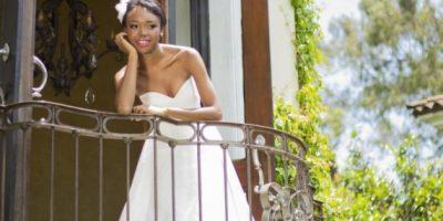DISEÑO: BLESSINGS CO. Este vestido con transparencias de encaje de corte imperio es fenomenal para novias de talla grande. El escote strapless es muy sencillo pero con estilo. El toque final lo da un accesorio de plumas en el cabello.