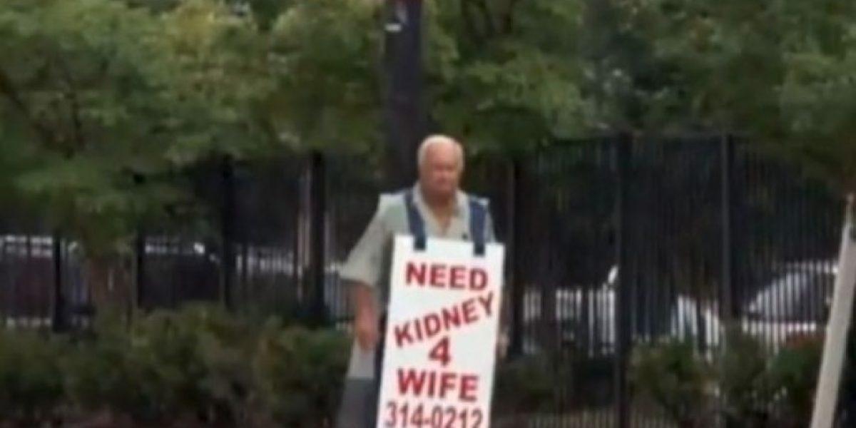 Hombre caminó por meses con un cartel para conseguirle un riñón a su esposa