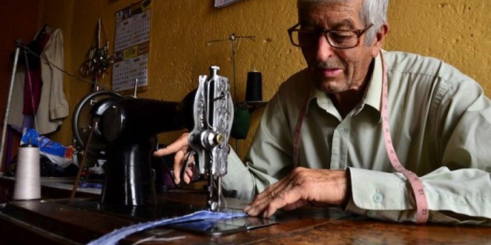 Pedro Izquierdo, de la sastrería Creaciones Mictlán, en la avenida Elena, es uno de los expertos en el oficio.