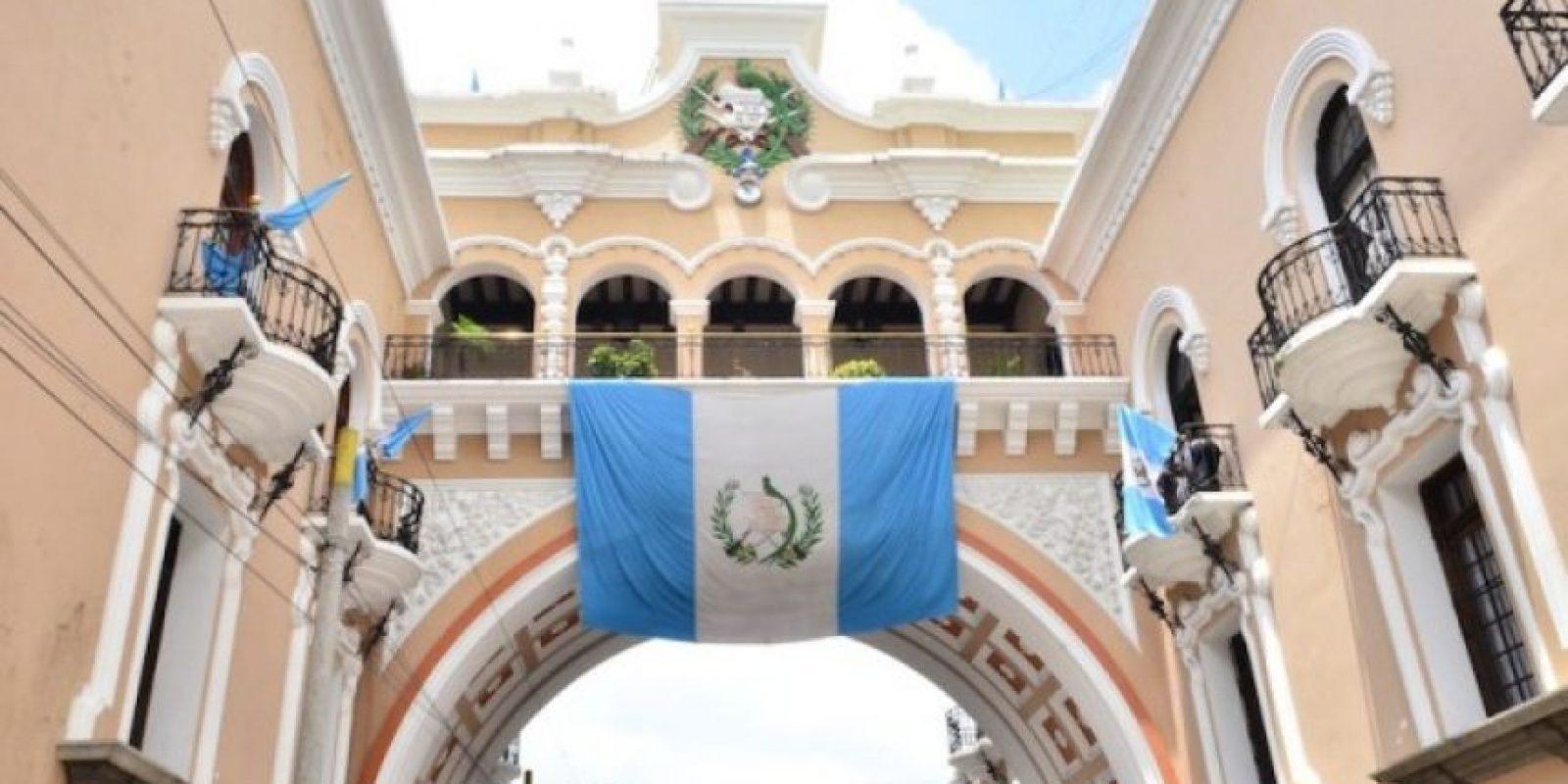 El edificio antiguo de Correos y Telégrafos engalana su popular arco cada septiembre con una bandera de Guatemala.