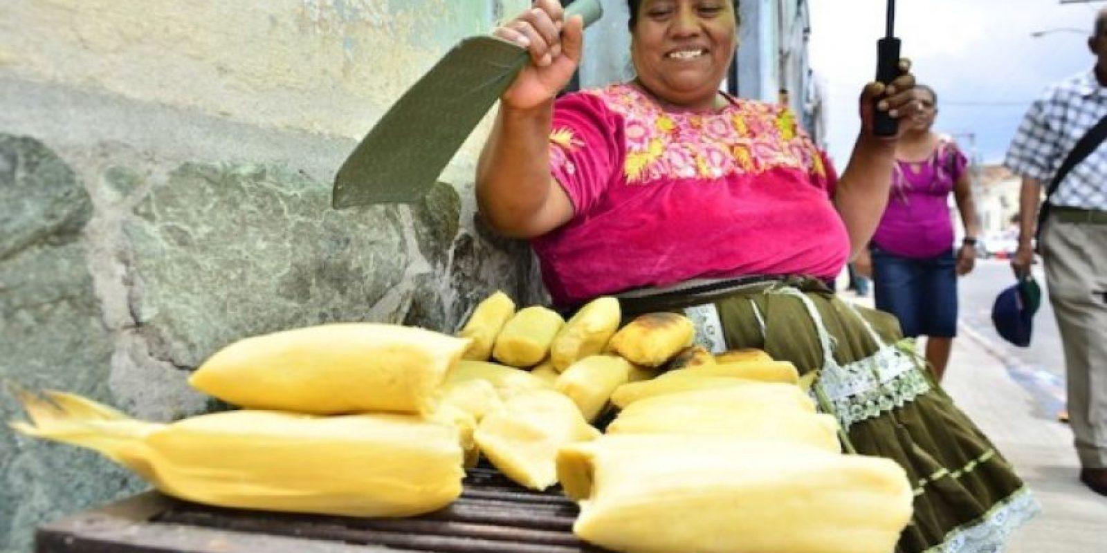 Los tamales de elote, cuyo ingrediente principal son granos de maíz tierno molidos y mezclados con leche o mantequilla, no tienen relleno y se envuelven en las hojas de doblador.