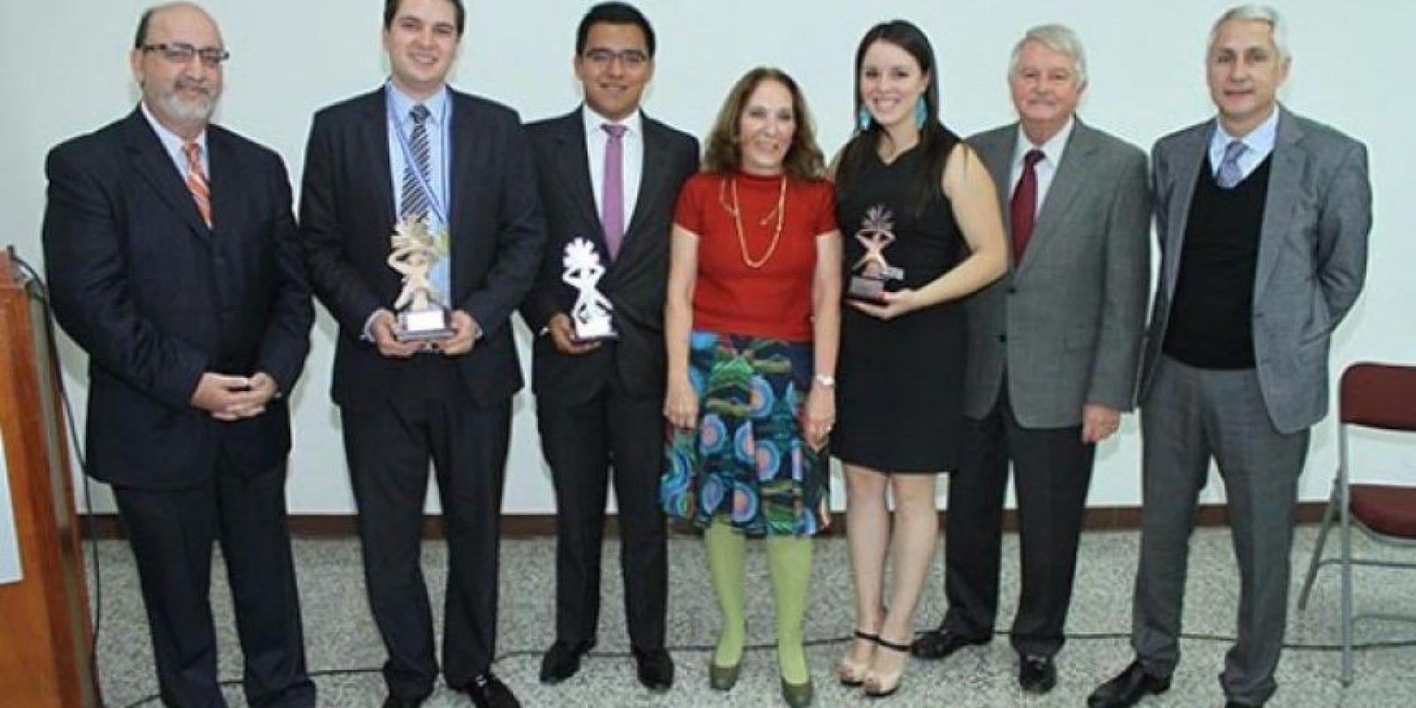 Los estudiantes reconocidos junto a directivos de la Universidad del Valle de Guatemala y de la Fundación Pantaleón / Foto cortesía UVG
