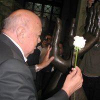 El locutor Ernesto Sapper hizo el cambio de la Rosa de la Paz