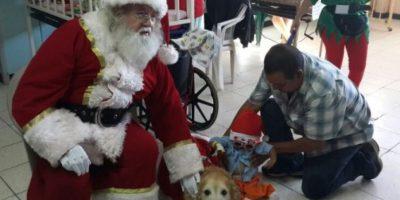 Mascotas y Santa visitan a los peques del San Juan de Dios
