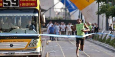 FOTOS: Bolt vence a un autobús en carrera de 100 metros