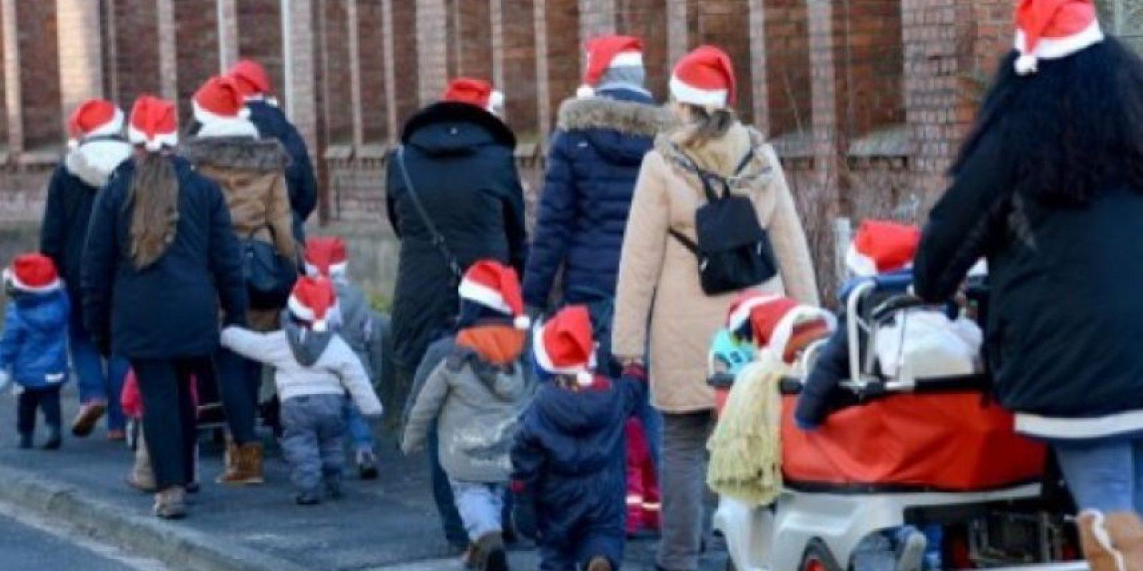Maestros de un jardín de niños y sus estudiantes caminan en la calle de Bad Hersfeld, en Alemania central. AFP