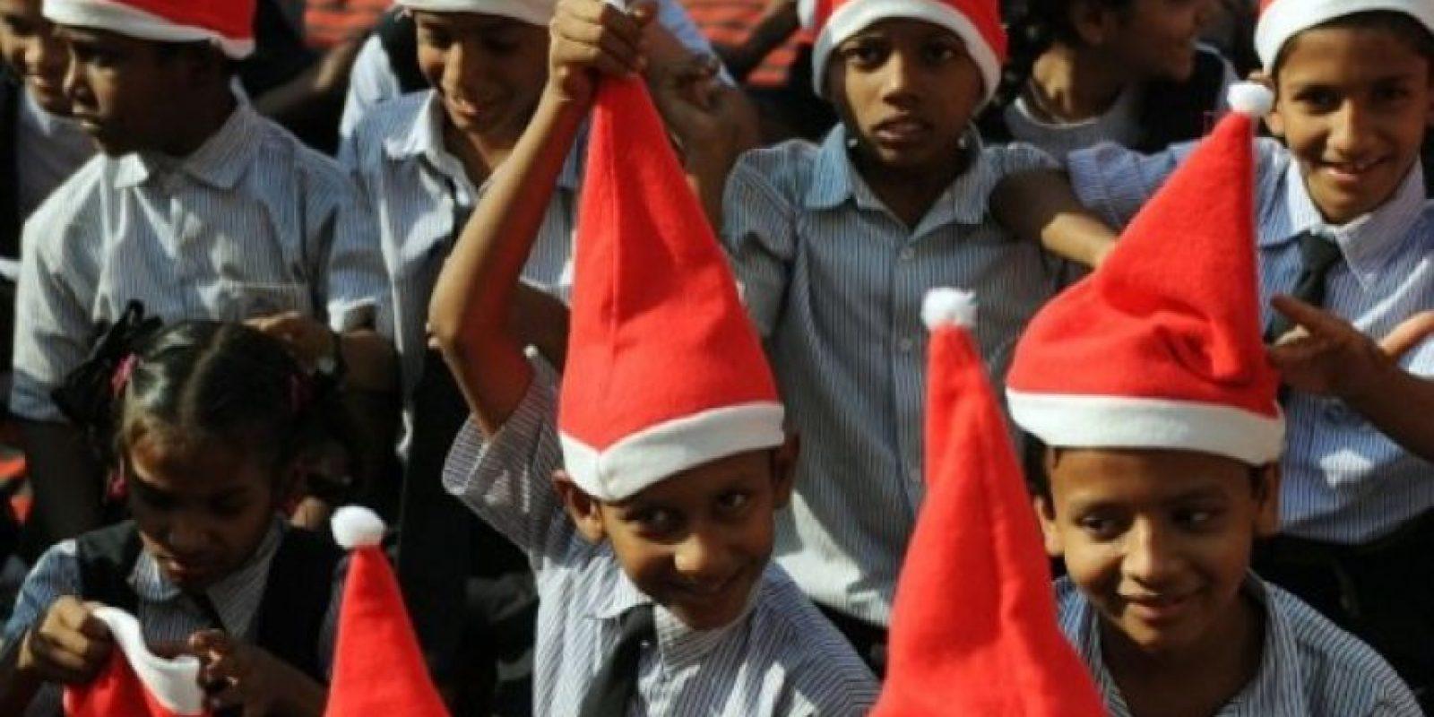 Niños indios pobres participan en una celebración navideña en Mumbai. AFP