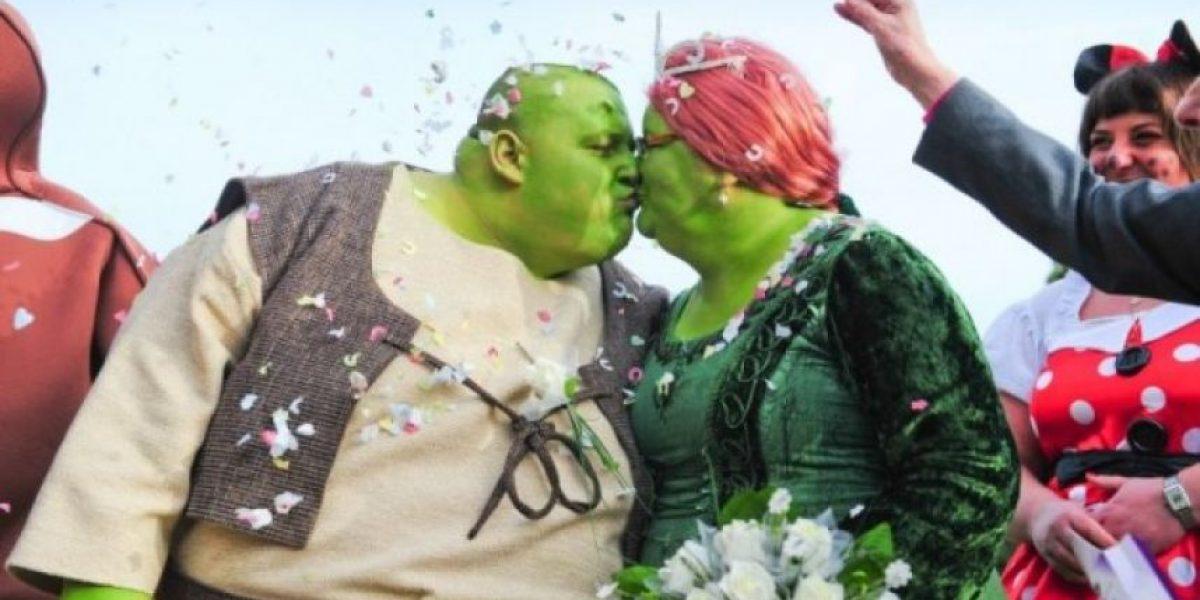Pareja se casa disfrazada de Shrek y Fiona para recaudar fondos contra el cáncer