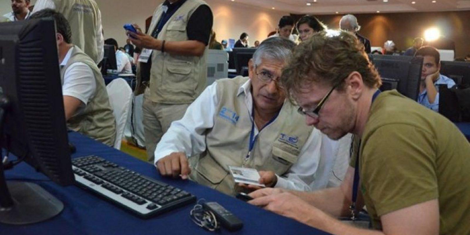 Observadores nacionales e internacionales aguardan la primera conferencia de prensa del TSE. Foto:Juan José López Torres