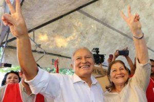 El candidato de izquierda, Salvador Sánchez Cerén, y su esposa, tras votar. Foto:Facebook Salvador Presidente