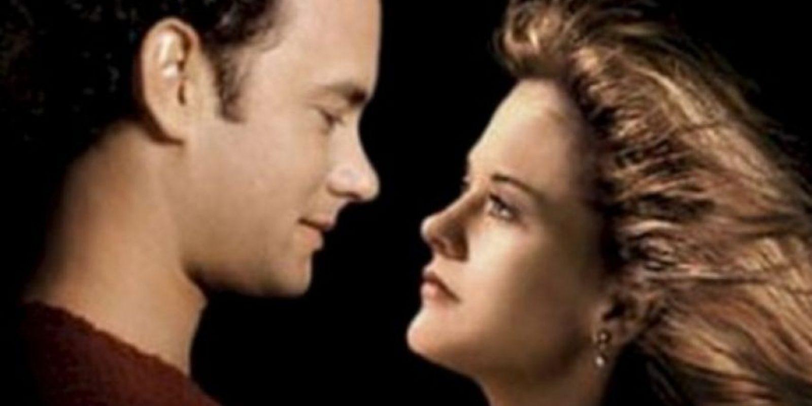 Foto:Sintonia de amor: Kay Clark (Tom Hanks) y Sullivan Ward (Meg Ryan) formaban el dúo radiofónico más famoso de la ciudad. Pero Kay dejó la ciudad y a Sullivan para ir a trabajar a Los Ángeles. Cuando Kay vuelve a la ciudad, ella continúa enamorada de él. Sullivan trató de convencerse de que ya no la necesitaba, pero sabía que formaban una combinación única. La antigua magia había regresado y continuar la historia que tenían.