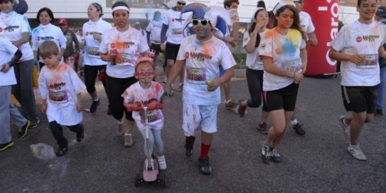 4Alegría. Disfrutaron en familia Grandes y chicos, incluso en sus patinetas, se dieron cita a esta fiesta del color que congregó a más de mil 500 personas. AFP