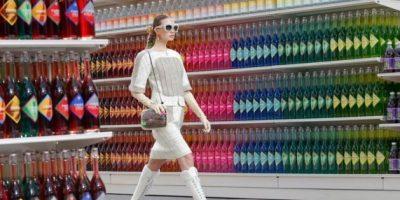 Chanel modela nueva colección en un supermercado