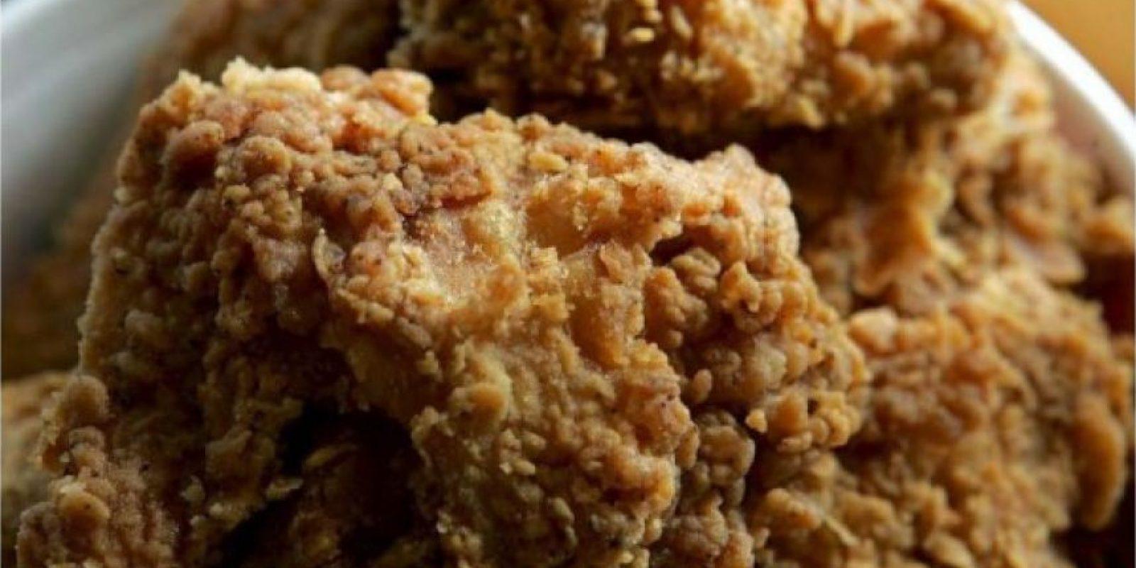 Los alimentos con alto contenido de grasa aumentan el colesterol y los vasos sanguíneos del hombre. Foto:Getty Images