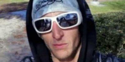 Un teléfono fue encontrado en la escena del crimen y en él se encontró el rostro de Adam Howe, a quien se lo identificó como principal sospechoso.