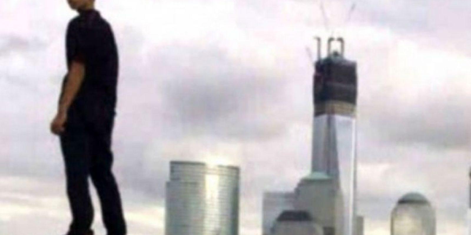 Un joven burló la seguridad para subir a la cima de un edificio en medio de la noche y tomarse varias fotos con la imagen del World Trade Center en el fondo. Las capturas ayudaron a la policía a arrestarlo por un delito menor.