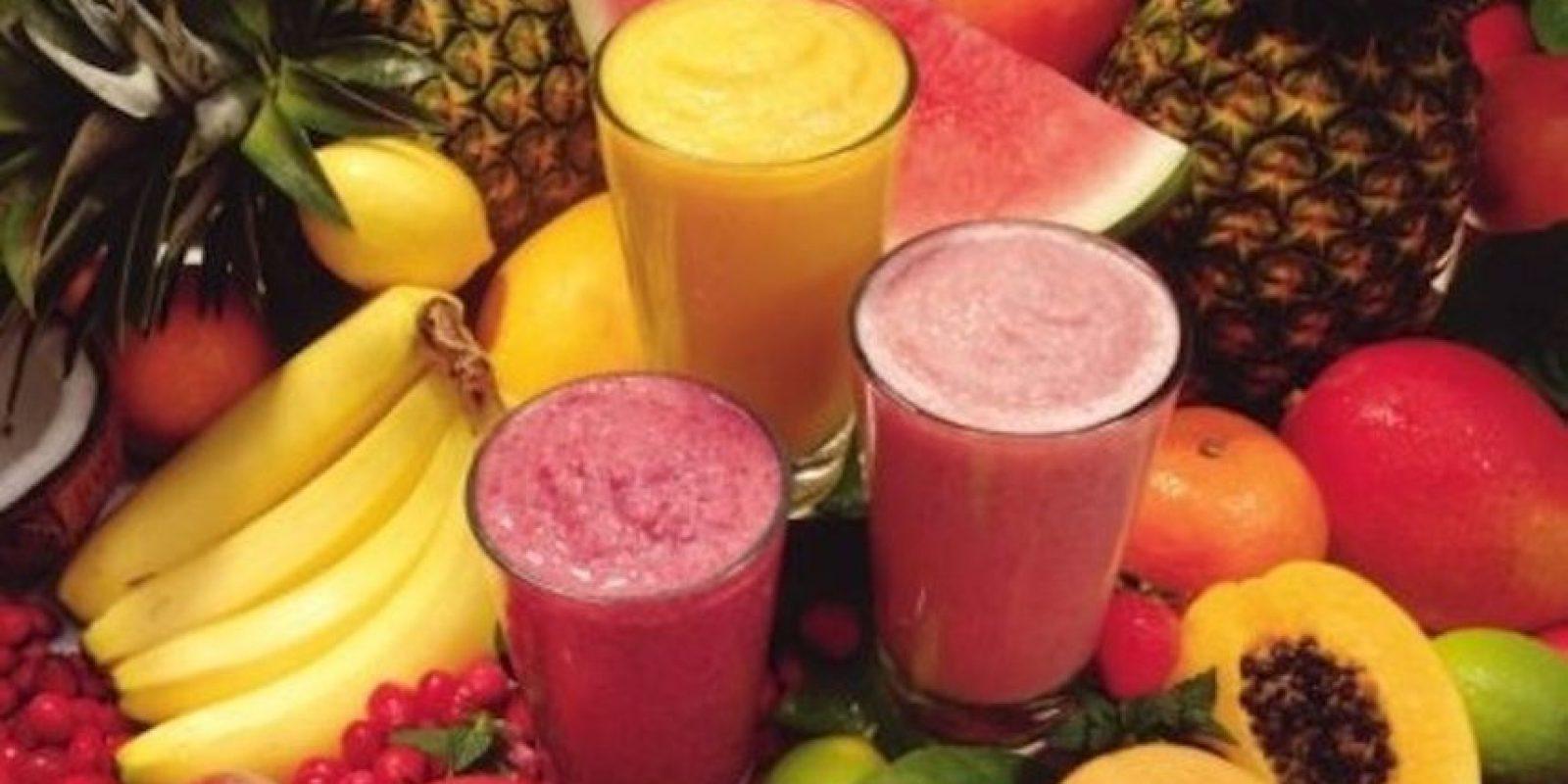 Basta con añadir fruta, un poco de leche o agua y batirlo todo. Añadir un poco de hielo no es mala idea para que el líquido nos refresque. Foto:Tumblr