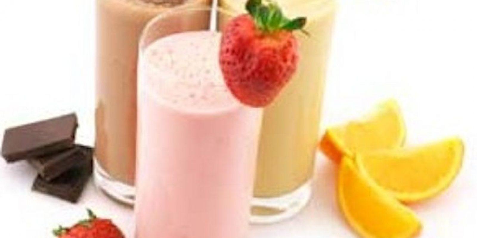 Basta con añadir fruta, un poco de leche o agua y batirlo todo. Añadir un poco de hielo no es mala idea para que el líquido nos refresque. Con los batidos hay miles de posibilidades y además de hidratarnos aportan vitaminas, minerales y energía. Foto:Tumblr