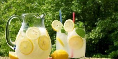 Algo tan simple como agua, limón y un poco de azúcar es la bebida perfecta para el verano. Si añadimos un poco de bicarbonato tendremos toda una bebida isotónica. Foto:Tumblr