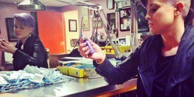¡Increíble! Kelly Osbourne se tatúa la cabeza