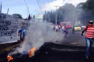 El lunes pasado, quemaron llantas para protestar por el desalojo. Foto:@noticiascastro