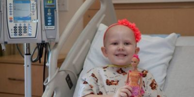 """FOTOS. Ella, la nueva barbie """"calva"""" que ayuda a niñas con cáncer"""