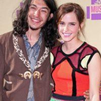 Exra Miller y Emma Watson. Foto:Agencias