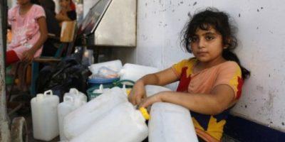 Los gazatíes cavan sus propios pozos ya que están sin agua desde la guerra