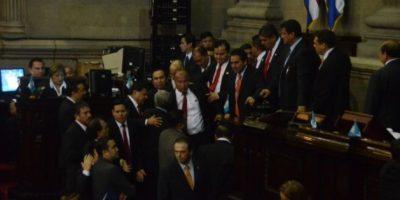 FOTOS. Diputados forcejean durante la plenaria