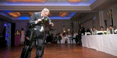 FOTOS. Tetrapléjico logra mantenerse de pie en la boda de su hija