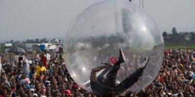 Critican a rapero que cantó dentro de una burbuja en el Congo
