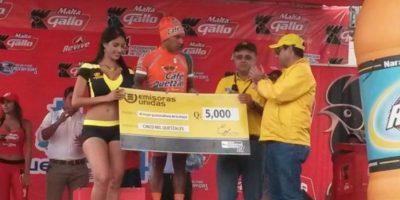 Julián Yac ganó de nuevo como el mejor guatemalteco y recibió el premio de Q5 mil que otorga Emisoras Unidas al talento nacional. Foto:Emisoras Unidas
