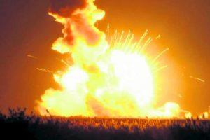 La señal de la agencia espacial esta- dounidense mostró en vivo cuando el transbordador Antares estalló ayer en el cielo, en el este de Virginia. Le lleva- ba suministros a la Estación Espacial Internacional. No estaba tripulado.