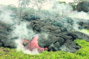 La corriente del lava del volcán Kilauea, en Hawái, está a solo 65 metros de una vivienda. Desde el aire se aprecia cómo avanza en forma caprichosa, con un ritmo rápido de hasta 10 metros al día, y amenaza a la aldea de Pahoa.
