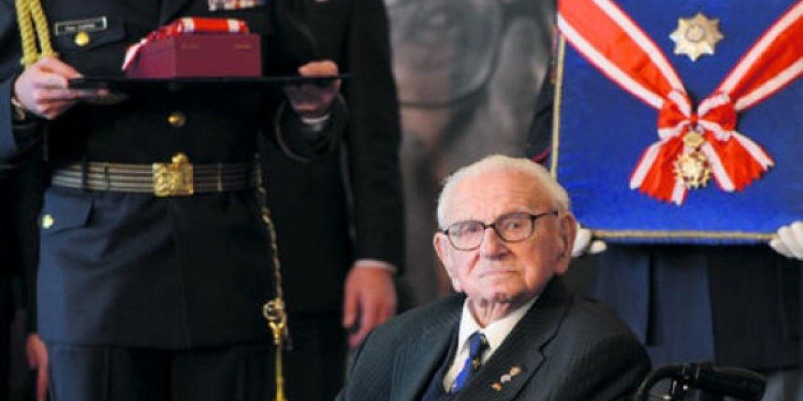 Sentado en silla de ruedas, el británico Nicholas Winton, de 105 años, que salvó a 699 niños de una muerte segura en los campos nazis, fue honrado ayer en Praga, República Checa, con la Orden del León Blanco.