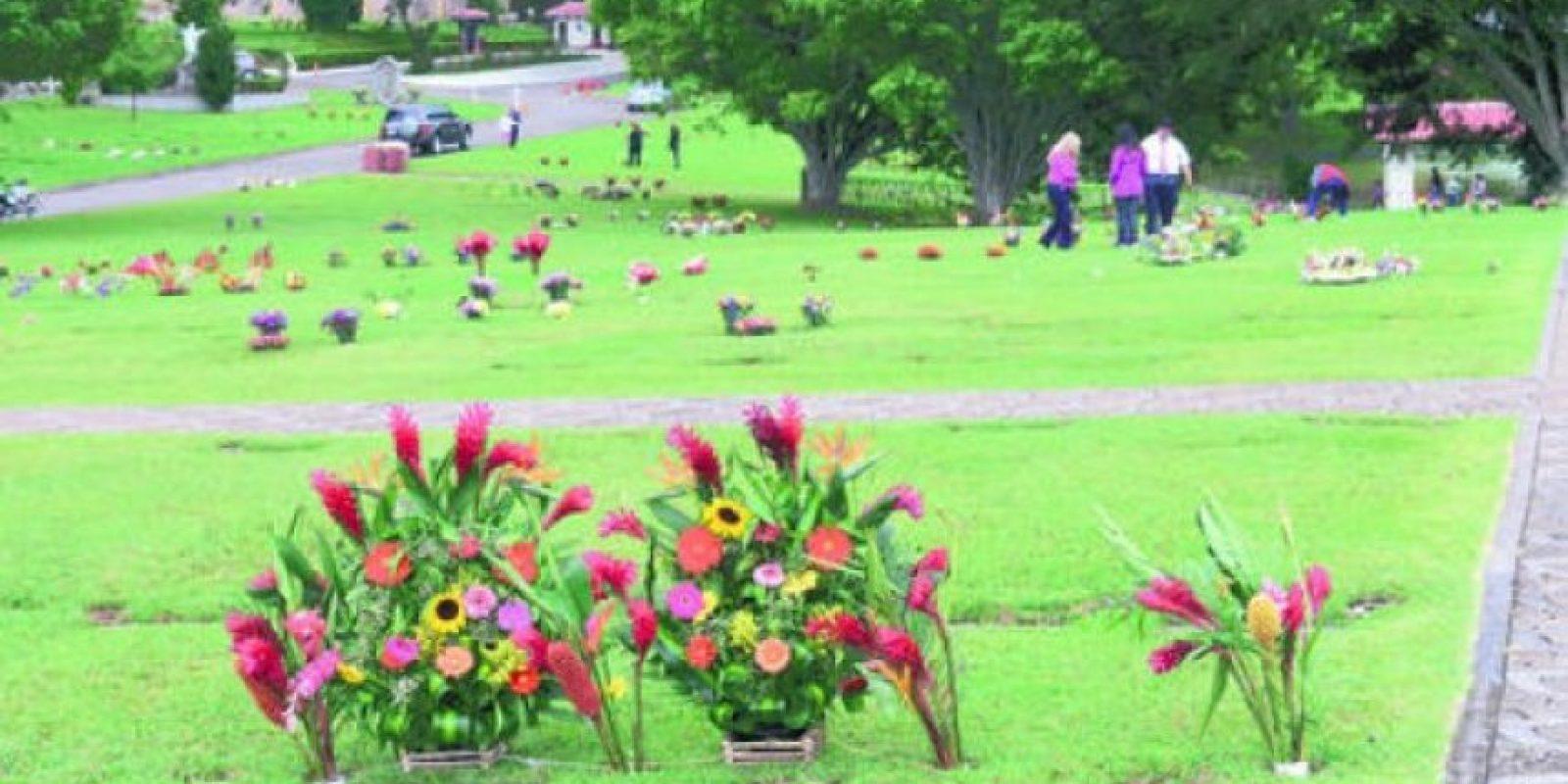 La tradición de adornar las tumbas en Mixco.
