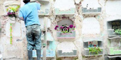 Víctor Barrera tiene 15 años de trabajar como albañil en el cementerio más grande del país.