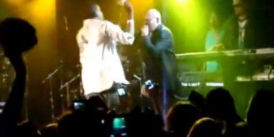 En una presentación en Aspen Colorado, el cantante invitó a un fan a subir al escenario. El hombre comenzó a lanzar dinero al rostro de Pitbull, esto provocó que el artista golpeara al sujeto hasta dejarlo en el suelo. Foto:YouTube