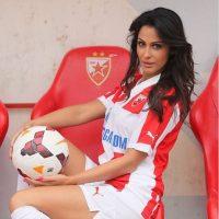 Los futbolistas del Estrella Roja de Belgrado se quejaban porque no se podían concentrar cuando ella estaba en la camcha Foto:Instagram: @sreckoviceva