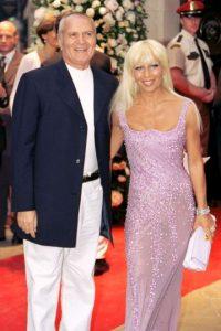 Con su hermano Gianni, en 1995. Foto:Vogue