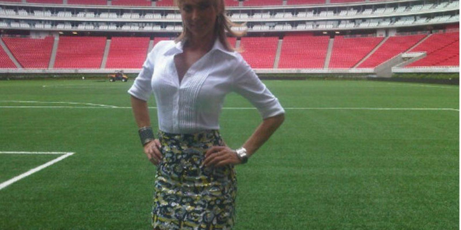 Según la reportera los jugadores del equipo de la NFL la incomodaron mientras esperaba a Sánchez en el vestidor del equipo Foto:Twitter: @InesSainzG