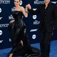 Antes de casarse con Brad Pitt, Angelina Jolie mantuvo una larga relación con la modelo Jenny Shimizu Foto:Getty