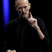 El difunto fundador de Apple siempre aparecía con tenis y camisa oscura Foto:Getty