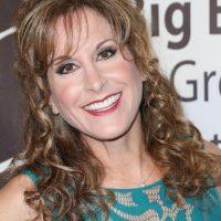 Jodi Benson es la voz de la guía de turistas en la juguetería de Al. Foto:Getty Images