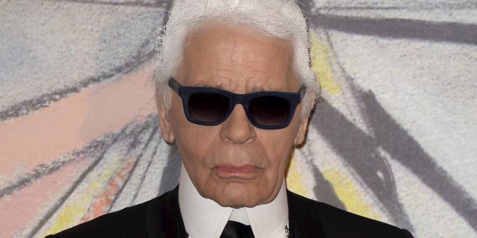 El también diseñador siempre se deja ver con una traje negro Foto:Getty
