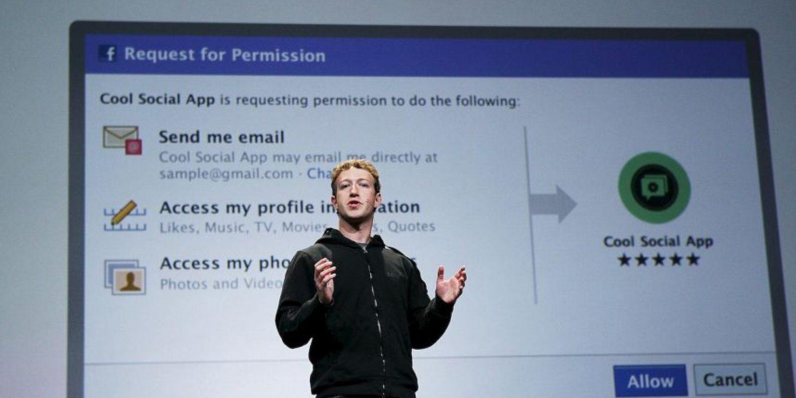 """""""La razón por la que solo uso polos grises, y quiero aclarar que tengo varios polos grises iguales, es que hay muchas investigaciones que muestran que tomar decisiones pequeñas, incluso las relacionadas a qué ponerte en las mañanas, o qué desayunar, pueden cansarte"""", contestó el fundador de Facebook. Foto:Getty"""