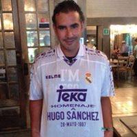 Sánchez Portugal mostrando con orgullo una camiseta en honor a su padre. Foto:facebook.com/pages/Hugo-Sanchez-Portugal